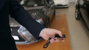 La mano de los hombres presiona en los sistemas de alarma para coches teledirigidos almacen de metraje de vídeo