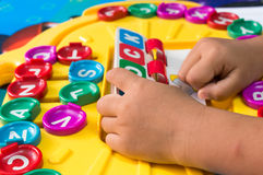 La mano de los niños para jugar a los juegos del alfabeto, foco selectivo al alfabeto Fotos de archivo