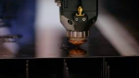 La mano de máquina de la soldadura del laser del trabajador superficial de acero del corte metrajes