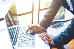 La mano de la mujer de negocios está funcionando en un ordenador portátil en una oficina Foto de archivo libre de regalías