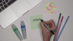 La mano de la mujer que escribe arte visual en la libreta almacen de metraje de vídeo