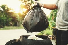 la mano de la mujer que sostiene el bolso de basura para recicla foto de archivo libre de regalías