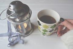 La mano de la mujer toma una taza de té imágenes de archivo libres de regalías