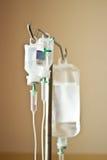 La mano de tres intravenosos en un soporte Imágenes de archivo libres de regalías