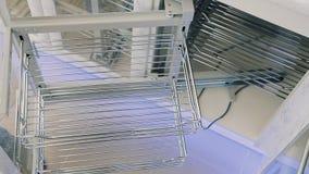La mano de un hombre joven está abriendo una puerta del congelador de los muebles en cocina en la sala de exposición moderna metrajes