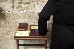 Libros de los salmos en la pared que se lamenta Foto de archivo