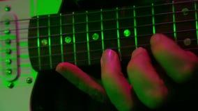 La mano de un hombre toca la guitarra eléctrica metrajes