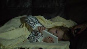 La mano de un monstruo asusta a una niña que juega en el teléfono almacen de metraje de vídeo