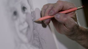 La mano de un viejo artista dibuja maravillosamente la cara de la pequeña muchacha almacen de metraje de vídeo