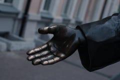 La mano de una estatua de bronce Foto de archivo libre de regalías
