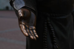 La mano de una estatua de bronce Foto de archivo