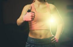 La mano de una mujer atlética, hermosa muestra un pulgar para arriba, como, bueno, aprobación Fotos de archivo