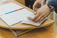 La mano degli uomini ha firmato il documento Fotografie Stock Libere da Diritti