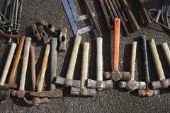 La mano degli utensili manuali del martello lavora il reticolo dell'accumulazione Fotografia Stock