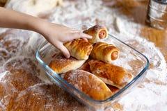 La mano dei bambini raggiunge per un panino casalingo immagini stock libere da diritti