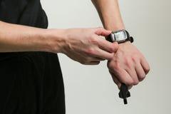 La mano del árbitro del fútbol enciende el cronómetro imágenes de archivo libres de regalías