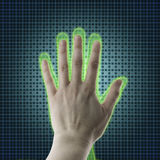 La mano del AI alcanza hacia una mano humana, una proyección de la realidad virtual, una inteligencia artificial AI y un concepto Fotografía de archivo