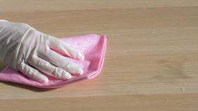 La mano del ama de casa en el guante de goma limpia la tabla sucia y mojada con el trapo metrajes