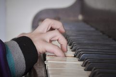 La mano del bambino che gioca piano Fotografia Stock