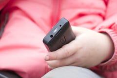 La mano del bambino con il telefono immagini stock libere da diritti