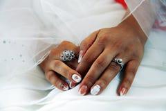 La mano del cierre de la novia para arriba Fotos de archivo libres de regalías