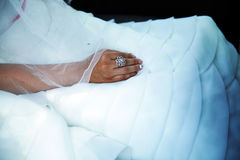 La mano del cierre de la novia para arriba Foto de archivo libre de regalías