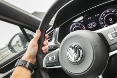 La mano del conductor detiene a VW del volante Fotos de archivo libres de regalías