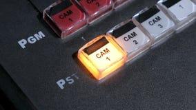 La mano del director de cine es llave conmovedora en un panel de control durante el tiroteo de la TV metrajes