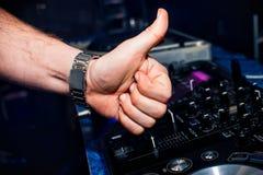 La mano del DJ mostra i precedenti della classe degli scambisti e del telecomando in night-club Immagine Stock Libera da Diritti