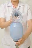 La mano del doctor sostiene el saco respiratorio con la mascarilla Fotografía de archivo