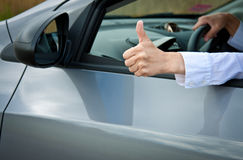 La mano del driver che mostra i pollici aumenta il gesto Immagini Stock Libere da Diritti