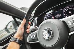 La mano del driver tiene il VW del volante Fotografie Stock Libere da Diritti