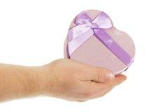 La mano del hombre con la caja de regalo bajo la forma de corazón fotos de archivo libres de regalías