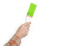 La mano del hombre con un cepillo de pintura Foto de archivo libre de regalías