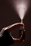La mano del hombre con una botella de medicación Imagenes de archivo