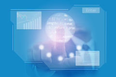 La mano del hombre de negocios hace clic en la pantalla táctil azul virtual Foto de archivo libre de regalías