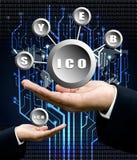 La mano del hombre de negocios lleva símbolo de ICO con la parte posterior del árbol del circuito digital Foto de archivo libre de regalías