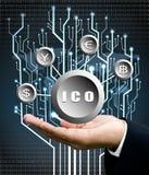 La mano del hombre de negocios lleva símbolo de ICO con la parte posterior del árbol del circuito digital Imagen de archivo