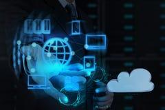 La mano del hombre de negocios muestra la red de la nube Imagen de archivo libre de regalías