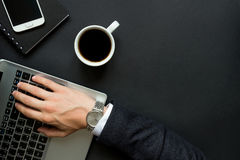 La mano del hombre de negocios que mecanografía en el ordenador portátil Fotos de archivo
