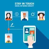 La mano del hombre de negocios que toca la pantalla de la tableta con los iconos del web permanece en red social del tacto y conc Imagen de archivo libre de regalías