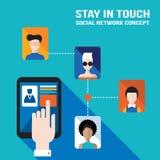 La mano del hombre de negocios que toca la pantalla de la tableta con los iconos del web permanece en red social del tacto y conc Fotos de archivo libres de regalías