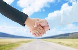 La mano del hombre de negocios y la mano de la mujer sacuden la cooperación a de la metáfora Foto de archivo libre de regalías
