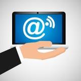 La mano del hombre detiene al social móvil del wifi del correo del ordenador portátil medios libre illustration