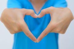 La mano del hombre en dimensión de una variable del corazón alcanza hacia fuera Fotos de archivo libres de regalías