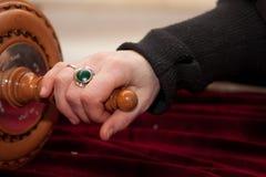 La mano del hombre en la voluta de Torah Fotos de archivo