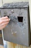 La mano del hombre extingue el cigarrillo fotos de archivo