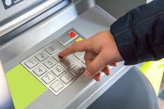 La mano del hombre presiona los botones de un teclado imagen de archivo libre de regalías
