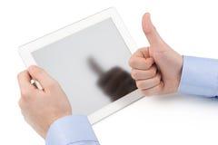 La mano del hombre que lleva a cabo el ordenador de la tableta y la otra demostración de la mano Fotos de archivo libres de regalías