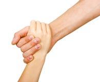La mano del hombre que lleva a cabo la mano de un niño Foto de archivo